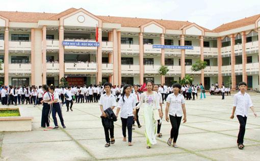 trường trung học cơ sở hòa bình, giàn giáo trần gia